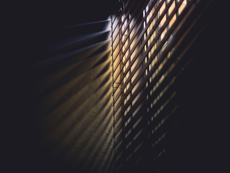 De werking van polarisatiefilters komen overheen met die van lamellen voor het raam