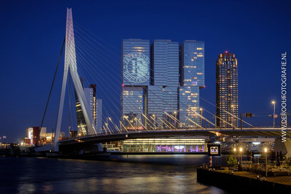Mooiste avondfoto van de Erasmusbrug me Feyenoord logo