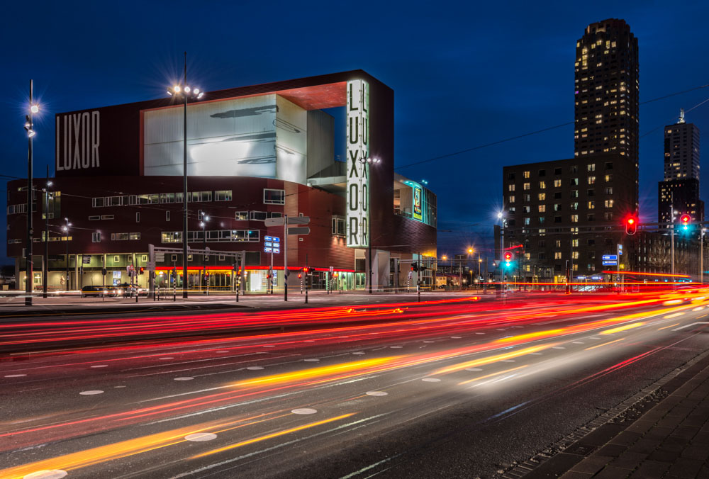 Nieuwe Luxortheater in Rotterdam 's nachts