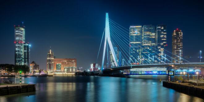 Avondfoto Erasmusbrug in Rotterdam vanaf de Leuvehavenbrug