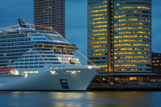 MSC Grandiosa aan de Wilhelminakade in Rotterdam