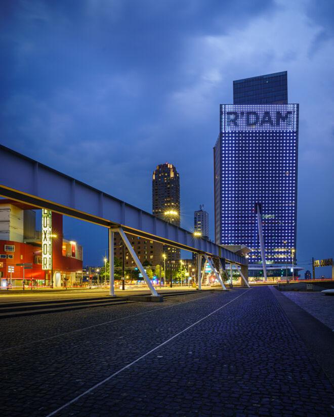 KPN kantoor in Rotterdam in de avond