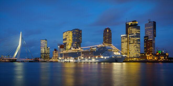 Avondfoto Kop van Zuid met cruiseschip - MSC Grandiosa