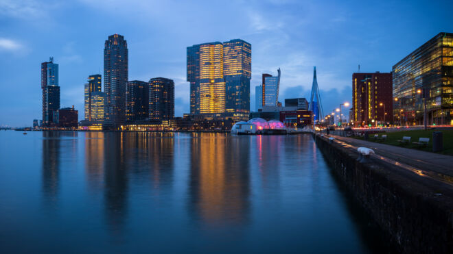 Avondfoto Rijnhaven en Kop van Zuid in Rotterdam