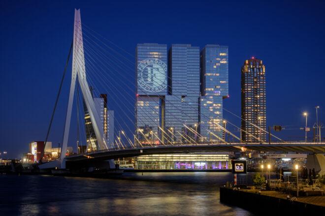 Erasmusbrug en De Rotterdam met Feyenoord logo (Feyenoord landskampioen)