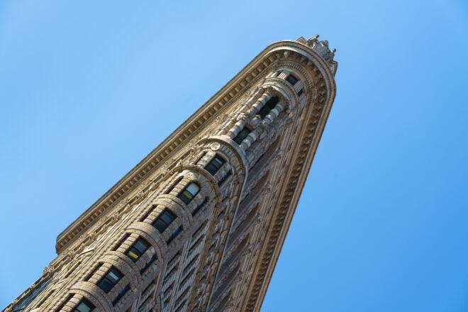 Flatiron building met blauwe lucht