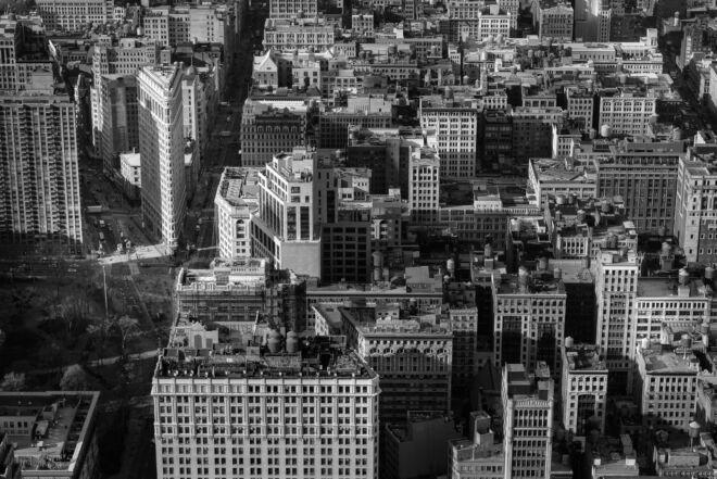 Flatiron building vanaf het Empire State Building (zwart-wit foto)