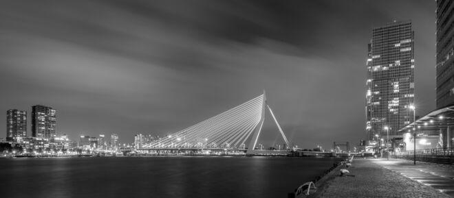 Panoramafoto in de avond Erasmusbrug (zwart-wit)