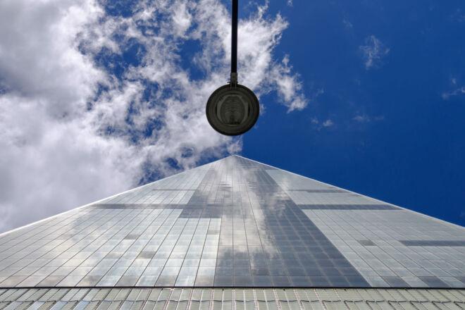 Foto Freedom Tower met straatlantaarn
