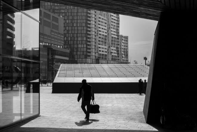 Centraal Station in Rotterdam (zwart-wit straatfoto)