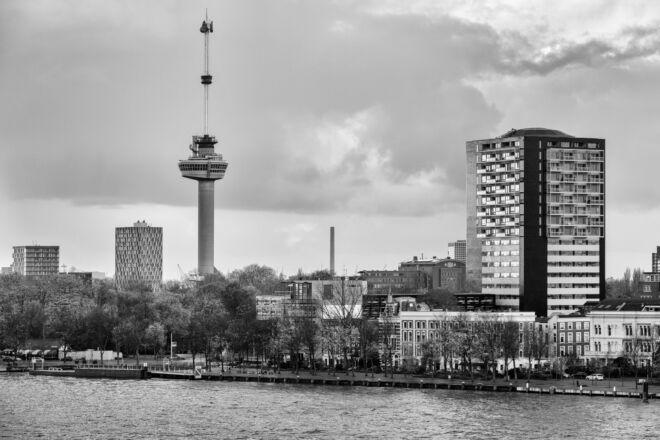 Foto van de Euromast en Vopak in zwart-wit