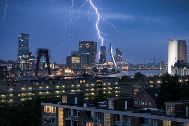 Skyline foto Rotterdam met blikseminslag