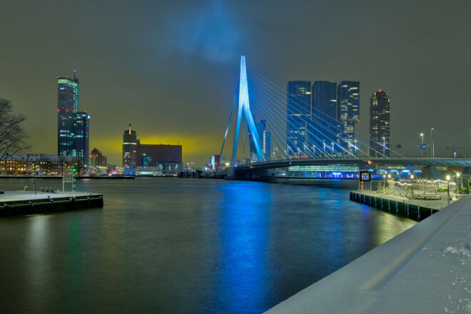 Sneeuwfoto Rotterdam met de Erasmusbrug