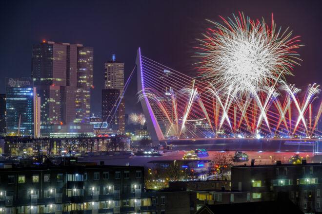 Nieuwjaarsfoto Rotterdam met Nationaal Vuurwerk bij Erasmusbrug