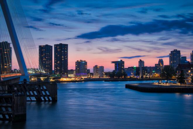 Blauwe uurtje Erasmusbrug en Leuvehaven hoofd