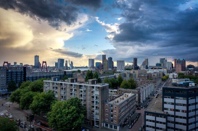 Skyline Rotterdam met spectaculaire lucht