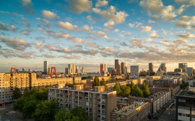 Mooiste skyline foto van Rotterdam tijdens zonsondergang
