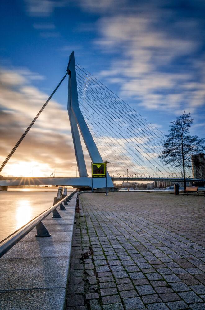 Foto zonsondergang Erasmusbrug met lange sluitertijd
