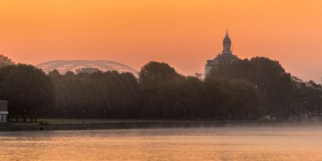 Mistige ochtend Rotterdam met Watertoren en Van Brienenoordbrug
