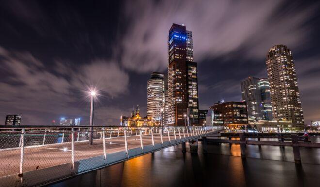 Rijnhavenbrug en Kop van Zuid in de avond