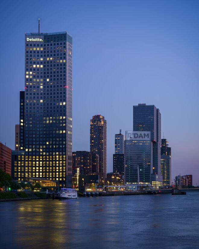 Maastoren en KPN gebouw in de avond