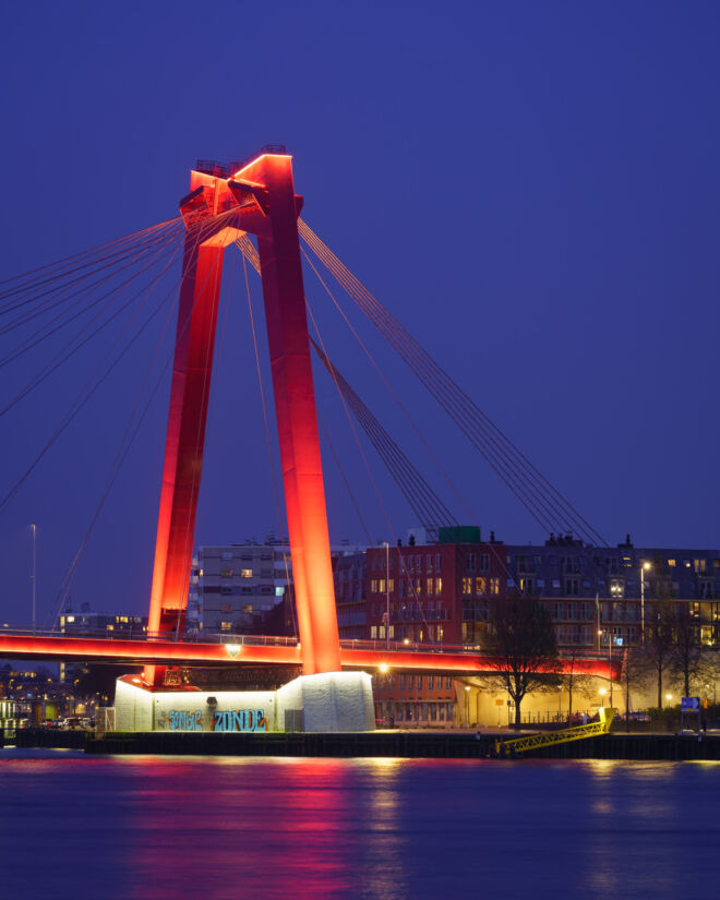 Mooiste avondfoto van de Willemsbrug in Rotterdam