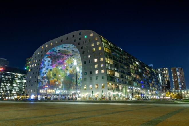 Nachtfoto van de verlichte Markthal in Rotterdam