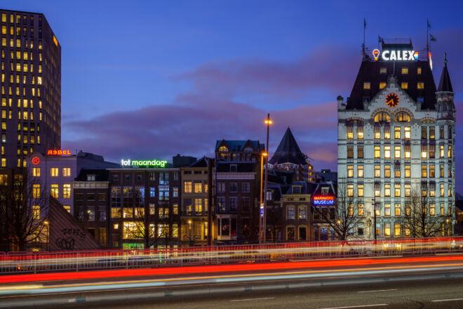 Avondfoto Witte Huis (Calex) vanaf Willemsbrug