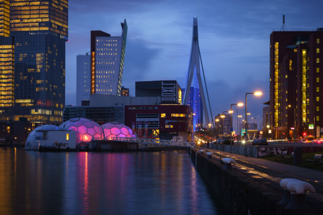 Avondfoto Rijnhaven met Erasmusbrug tijdens het blauwe uurtje