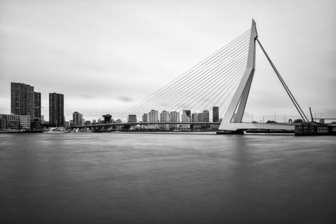 Mooiste zwart-wit foto van de Erasmusbrug