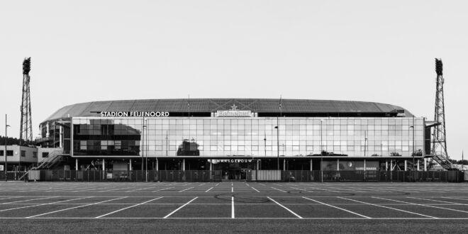 Stadion Feijenoord in Rotterdam (zwart-wit foto)