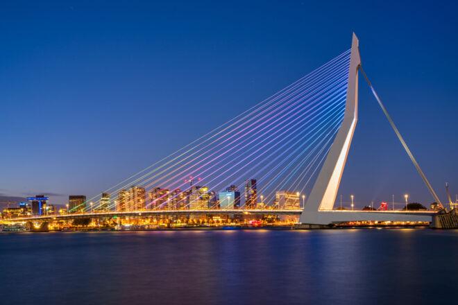Mooiste avondfoto Erasmusbrug - Pride kleuren