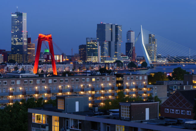 Mooiste skyline avondfoto van Rotterdam