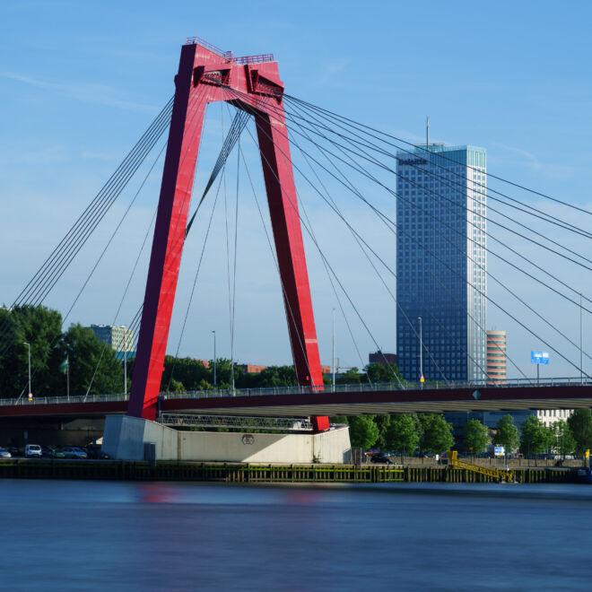 Foto Willemsbrug en Maastoren met lange sluitertijd