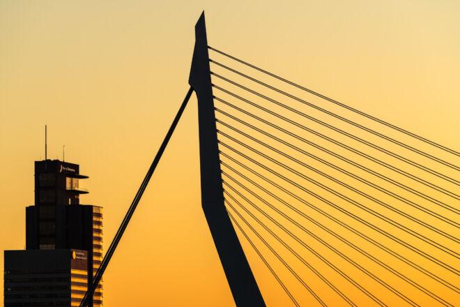 Zonsondergang silhouet van de Erasmusbrug