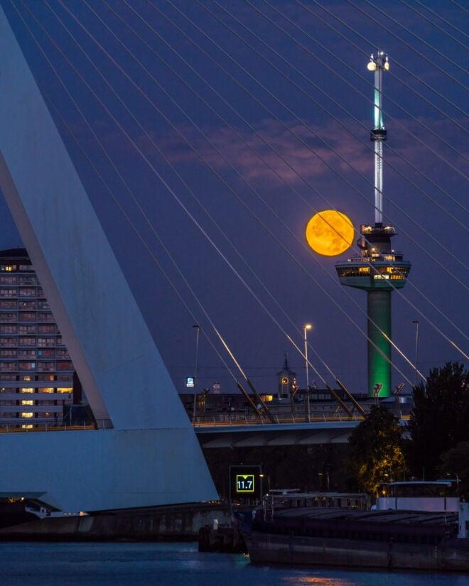 Maansondergang met de Euromast in Rotterdam