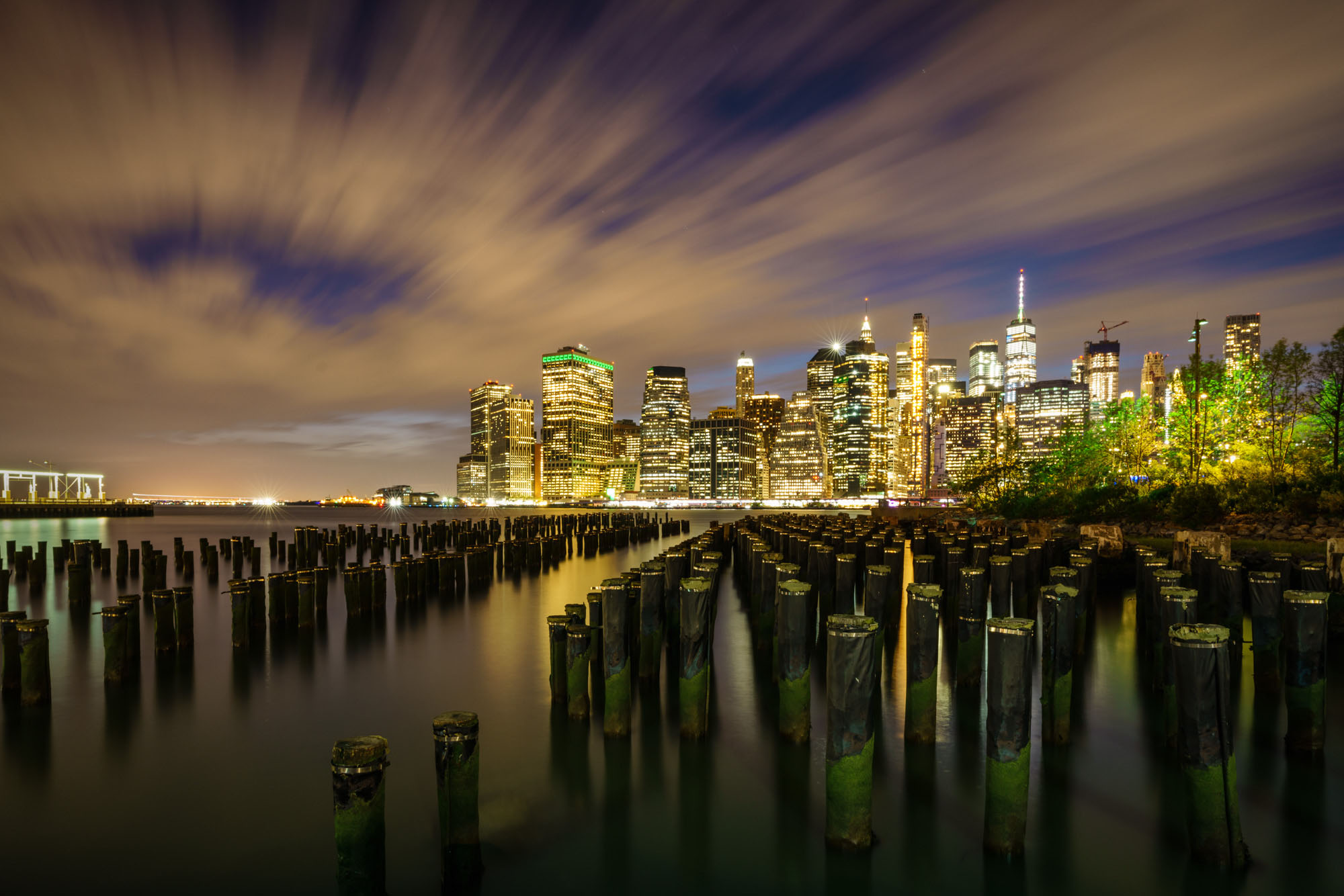 Mooiste skyline foto New York vanaf Brooklyn Bridge Park Poles