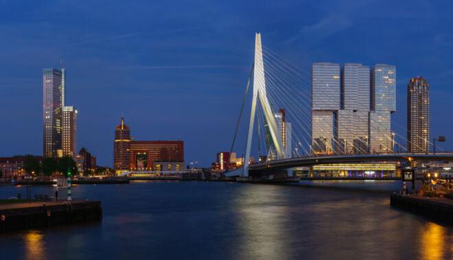 Mooiste skyline foto Rotterdam met Maastoren, Erasmusbrug en De Rotterdam