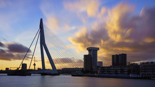 Spectaculaire zonsondergang Erasmusbrug in Rotterdam