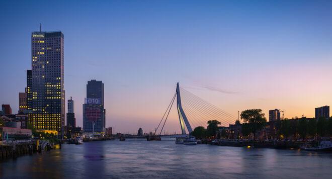 Mooiste zonsondergang skyline foto Erasmusbrug en Kop van Zuid