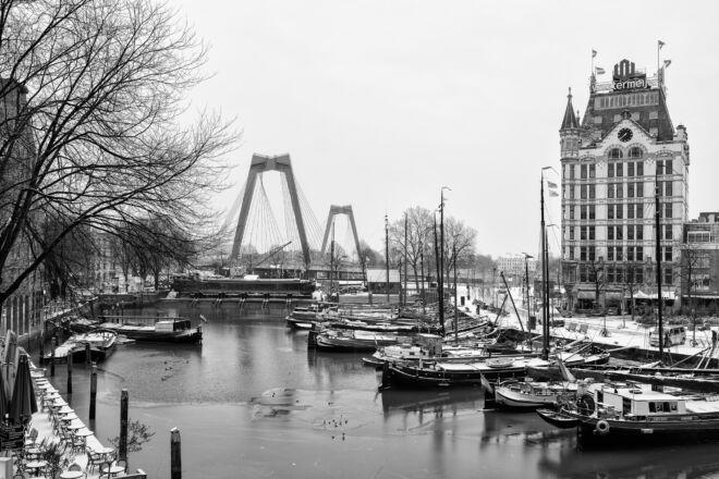 Oude Haven in de winter met sneeuw (zwart-wit foto)