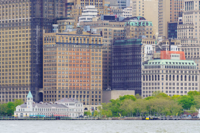 Skyline Lower Manhattan met Pier A Harbor House