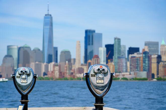 Skyline Manhattan New York met verrekijkers