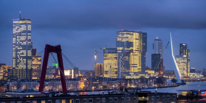 Mooiste avondfoto skyline Rotterdam