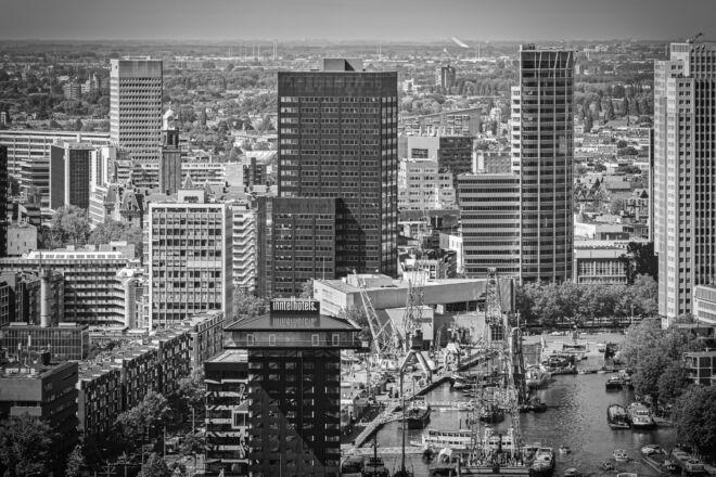 Foto skyline Rotterdam met de Leuvehaven (zwart-wit foto)