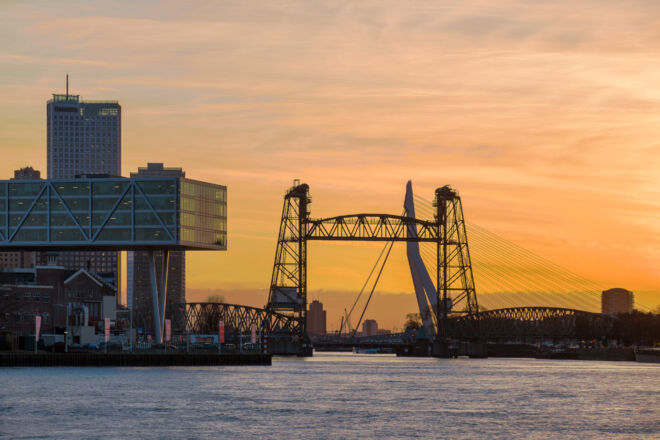 Zonsondergang foto Rotterdam vanaf de Maasboulevard