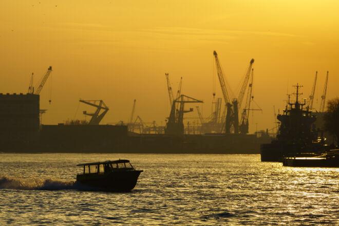 Zonsondergang Rotterdam met skyline van de haven
