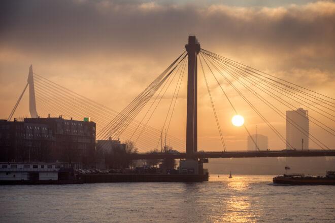 Foto zonsondergang Willemsbrug en Erasmusbrug in Rotterdam