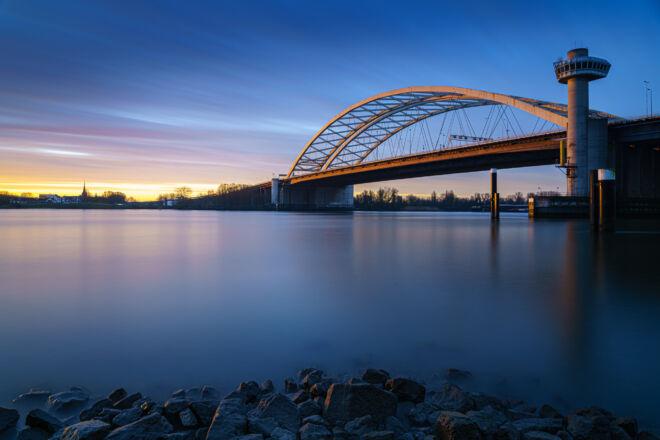 Foto zonsopkomst Van Brienenoordbrug in Rotterdam