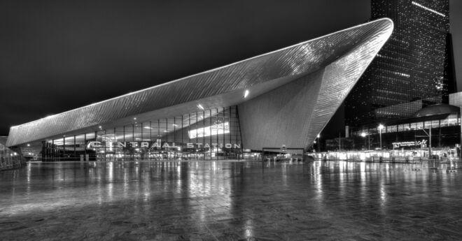 Zwart-wit foto van het nieuwe Centraal Station Rotterdam